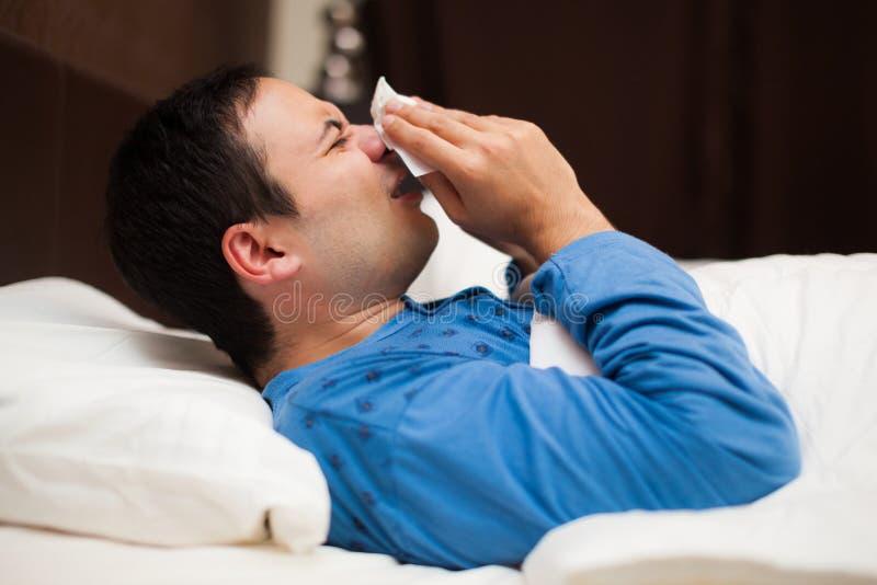 Retrato de um homem doente que funde seu nariz fotos de stock royalty free