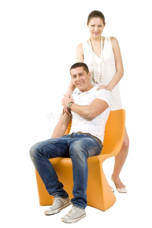 Retrato de um homem e de uma mulher na cadeira imagens de stock royalty free