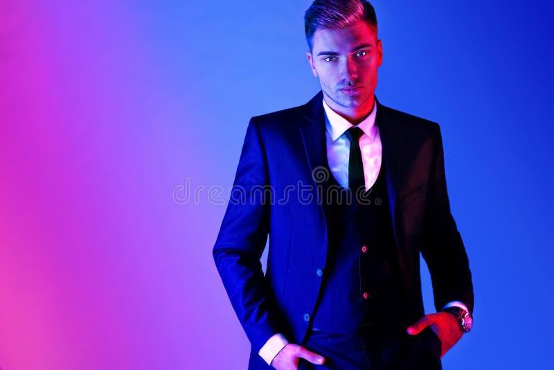 Retrato de um homem elegante considerável, beleza masculina, forma imagem de stock