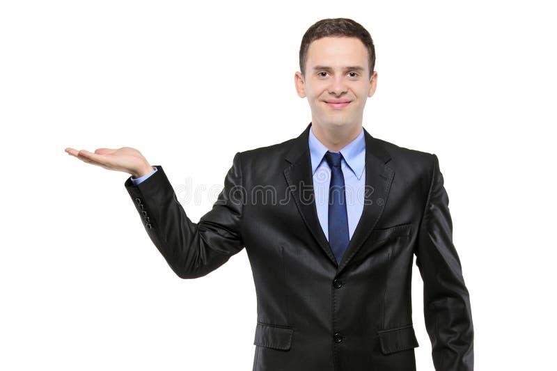 Retrato de um homem em um terno com o righthand levantado foto de stock