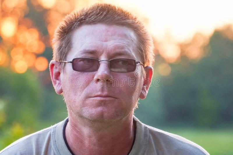 Retrato de um homem em vidros escuros foto de stock