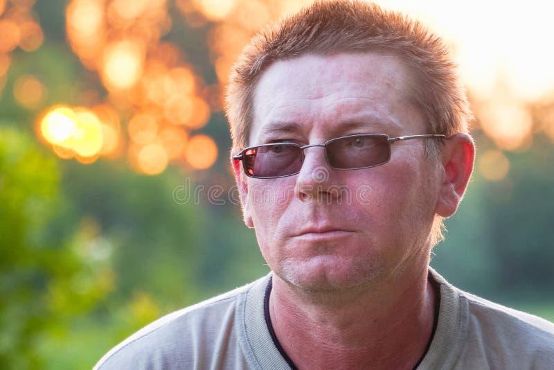 Retrato de um homem em vidros escuros imagens de stock royalty free