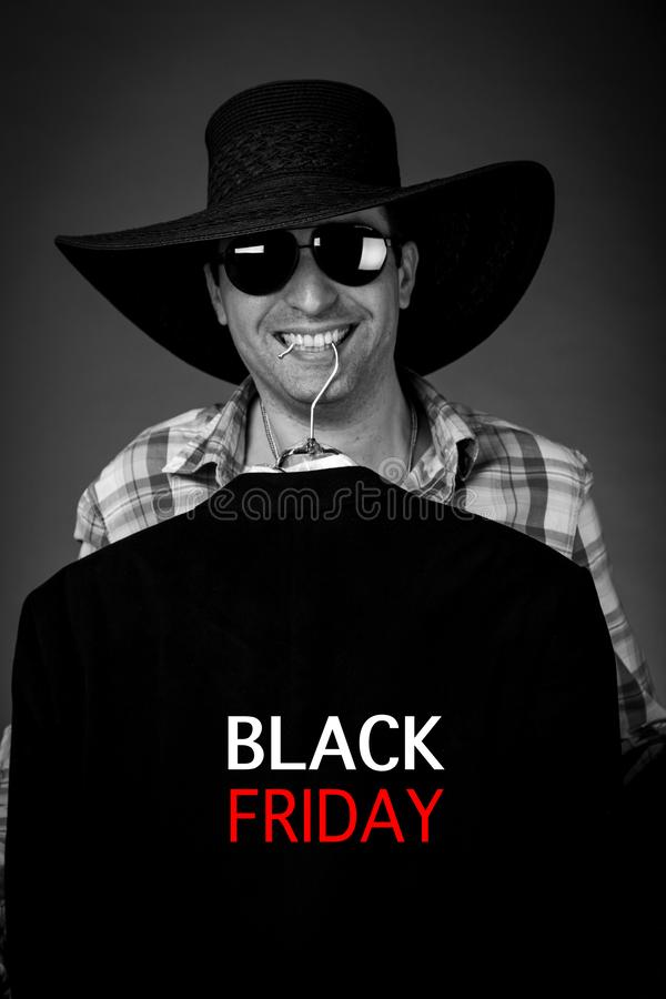 Retrato de um homem emocional em sexta-feira preta com compra, cartaz agradável imagem de stock