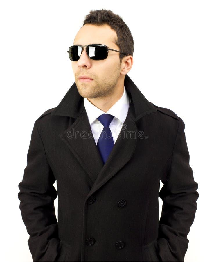 Retrato de um homem ereto sério com óculos de sol foto de stock