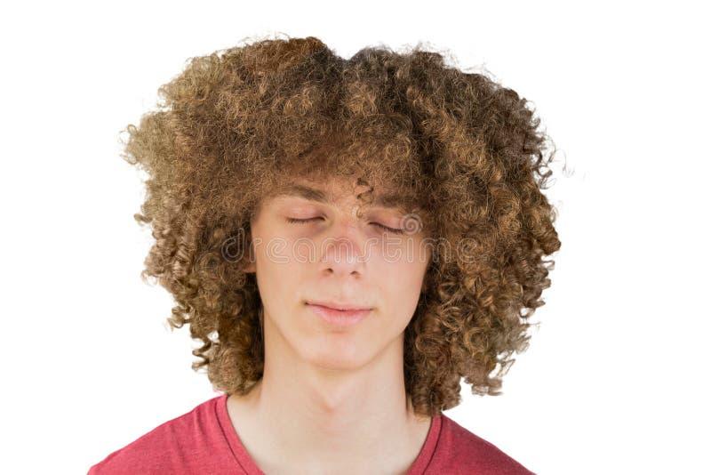 Retrato de um homem europeu encaracolado novo com cabelo encaracolado longo e os olhos fechados próximos acima do sonho cabelo ma imagens de stock
