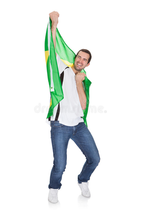 Retrato de um homem feliz que guardara uma bandeira brasileira fotos de stock royalty free