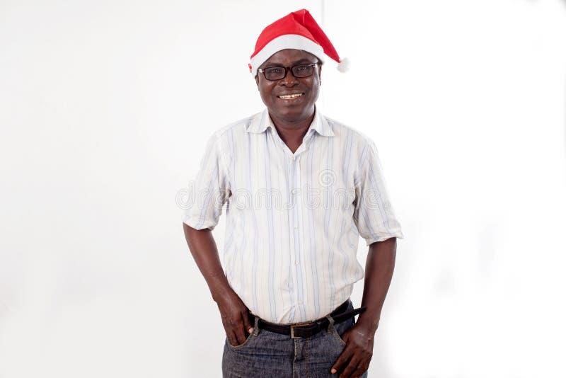 Retrato de um homem feliz que veste um chapéu de Santa Claus imagem de stock royalty free