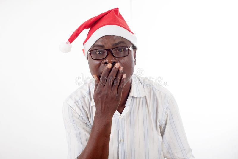 Retrato de um homem feliz que veste um chapéu de Santa Claus imagem de stock