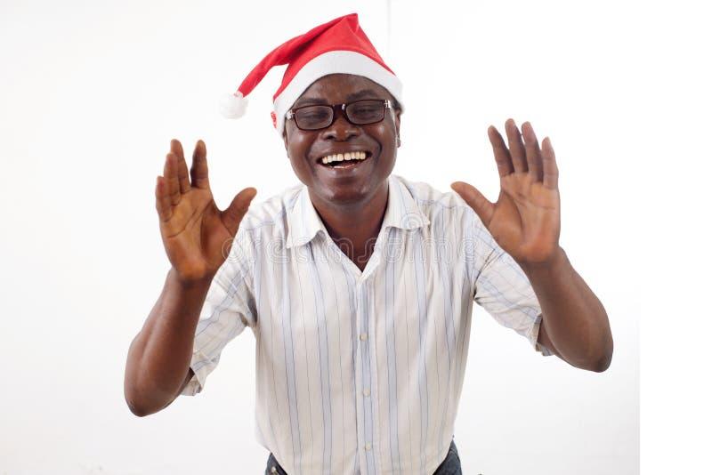 Retrato de um homem feliz que veste um chapéu de Santa Claus foto de stock