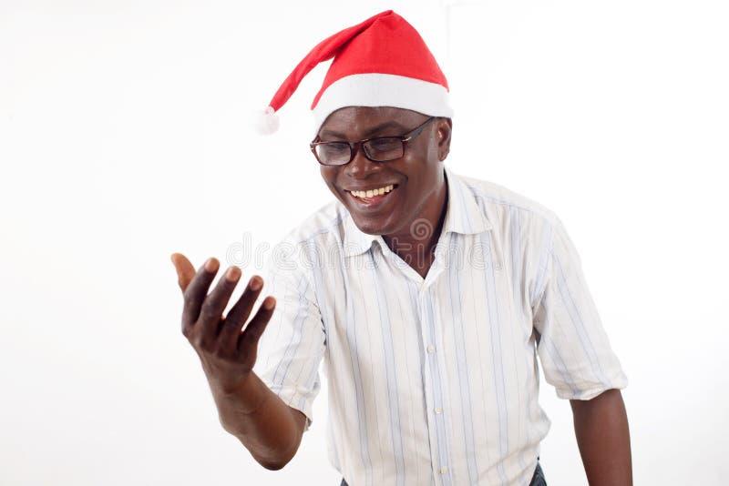 Retrato de um homem feliz que veste um chapéu de Santa Claus foto de stock royalty free