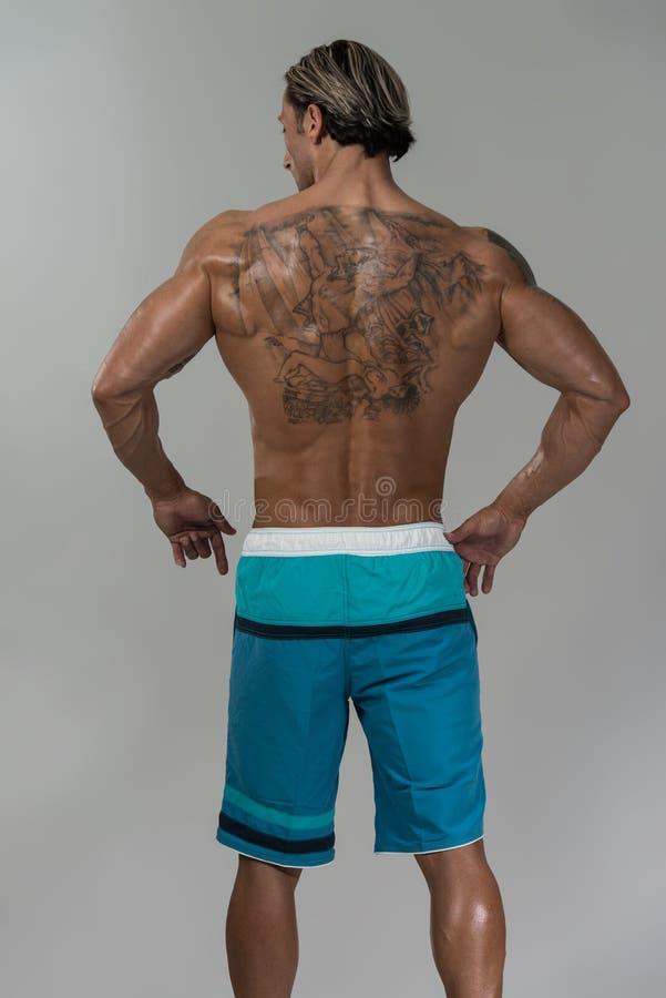 Retrato de um homem fisicamente cabido em Grey Background imagem de stock