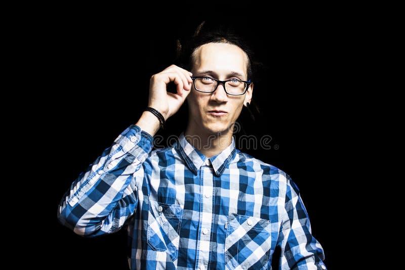 Retrato de um homem fresco novo com os dreadlocks de óculos imagens de stock royalty free