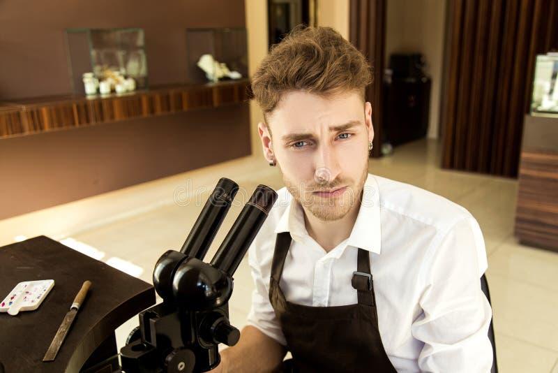 Retrato de um homem frustrante Joalheiro no local de trabalho foto de stock