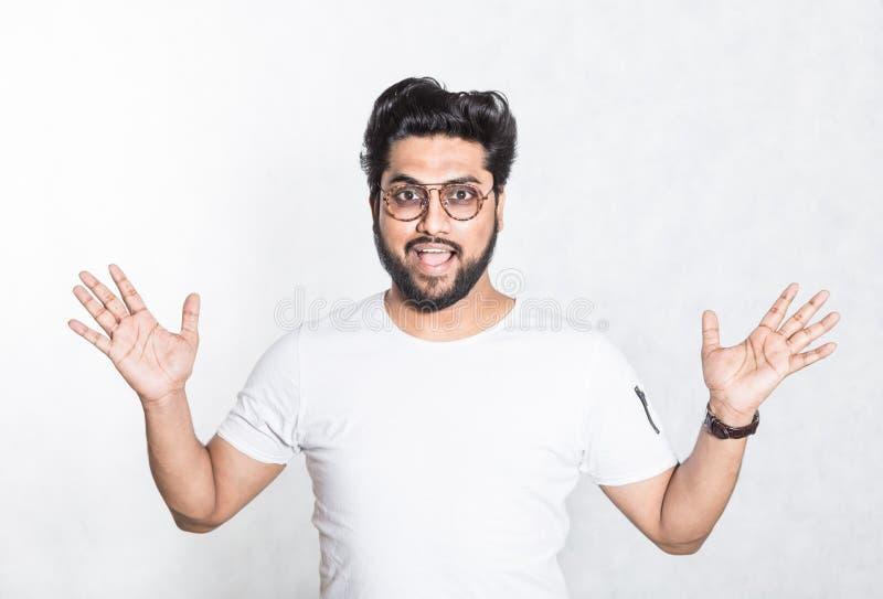 Retrato de um homem hindu consider?vel novo feliz foto de stock