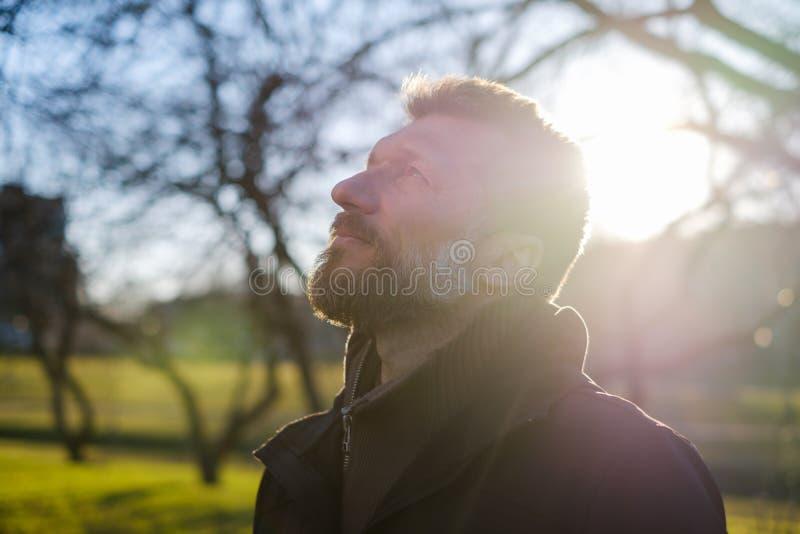 Retrato de um homem idoso em um parque fotografia de stock royalty free