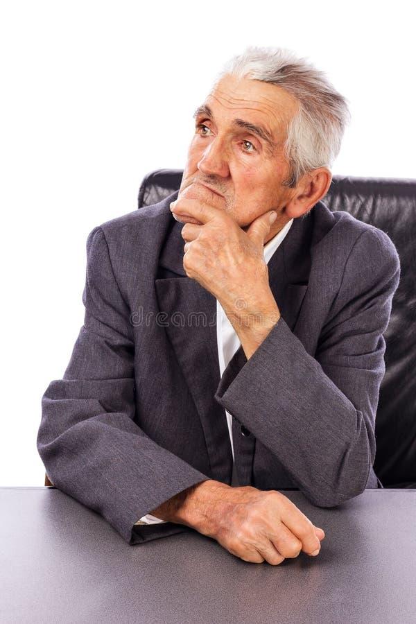 Retrato de um homem idoso que olha afastado no pensamento profundo fotografia de stock royalty free