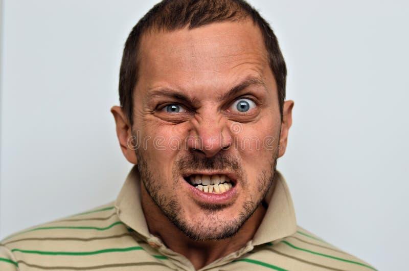 Retrato de um homem irritado imagens de stock