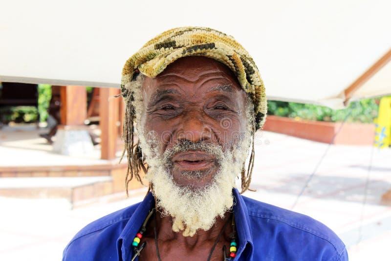 Retrato de um homem jamaicano idoso de Rastafarian imagens de stock royalty free