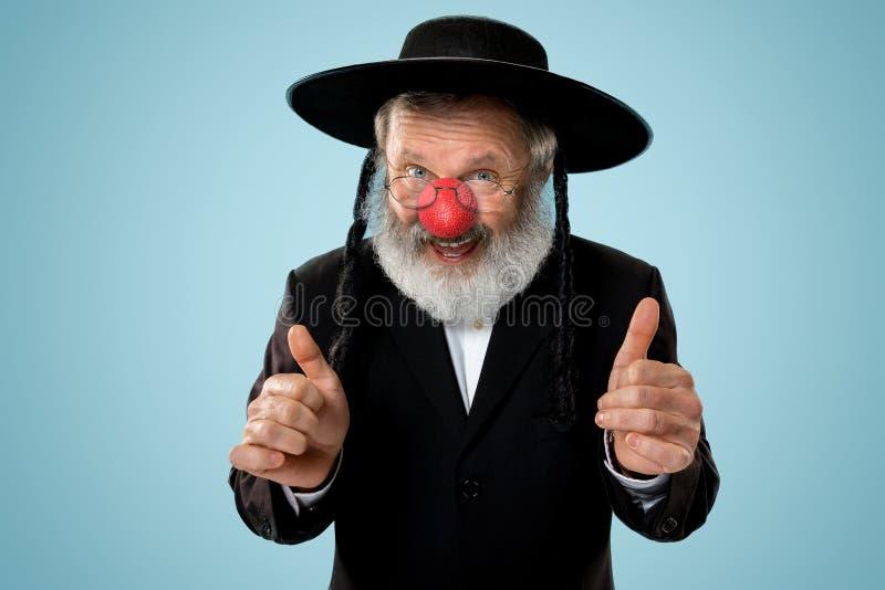 Retrato de um homem judaico superior que comemora o dia vermelho do nariz fotos de stock