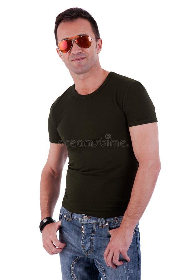 Retrato de um homem maduro considerável com vidros de sol fotografia de stock