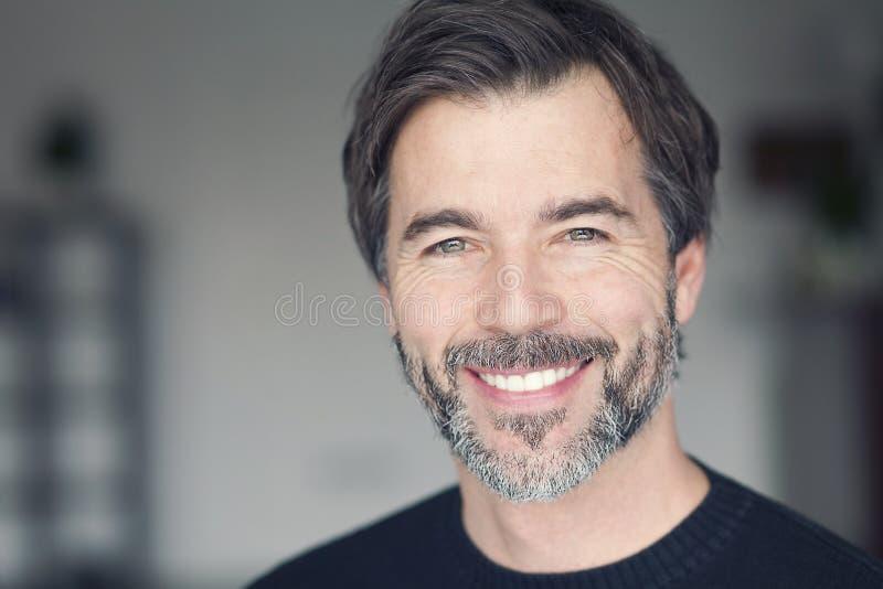Retrato de um homem maduro que sorri na câmera imagem de stock royalty free