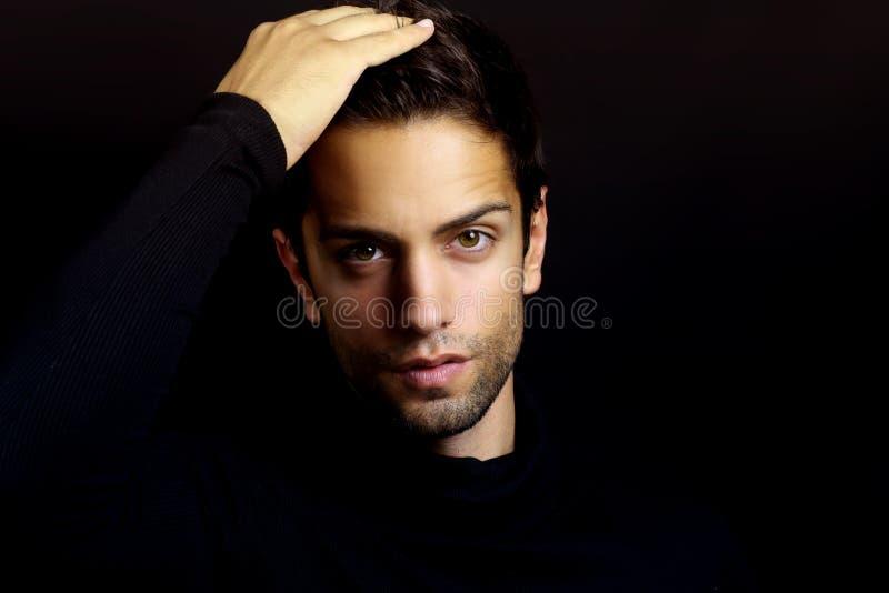 Retrato de um homem marrom bonito com uma gola alta foto de stock royalty free