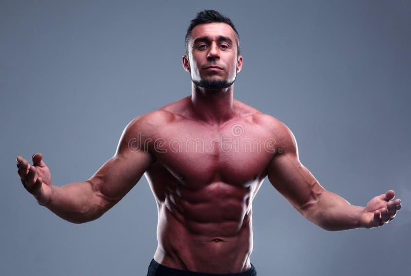 Retrato de um homem muscular com Abs agradável imagem de stock royalty free