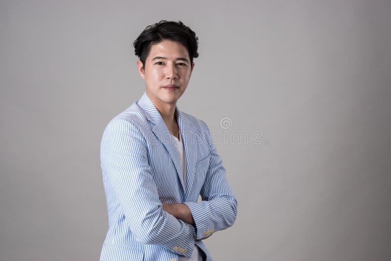 Retrato de um homem de negócio asiático feliz fotografia de stock royalty free
