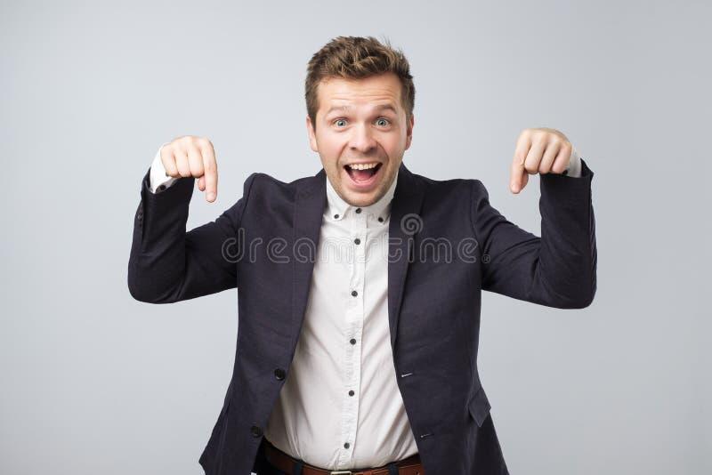 Retrato de um homem de negócio novo que aponta na informação importante imagens de stock royalty free