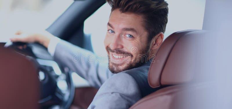 Retrato de um homem de negócio de sorriso considerável que conduz seu carro imagem de stock royalty free