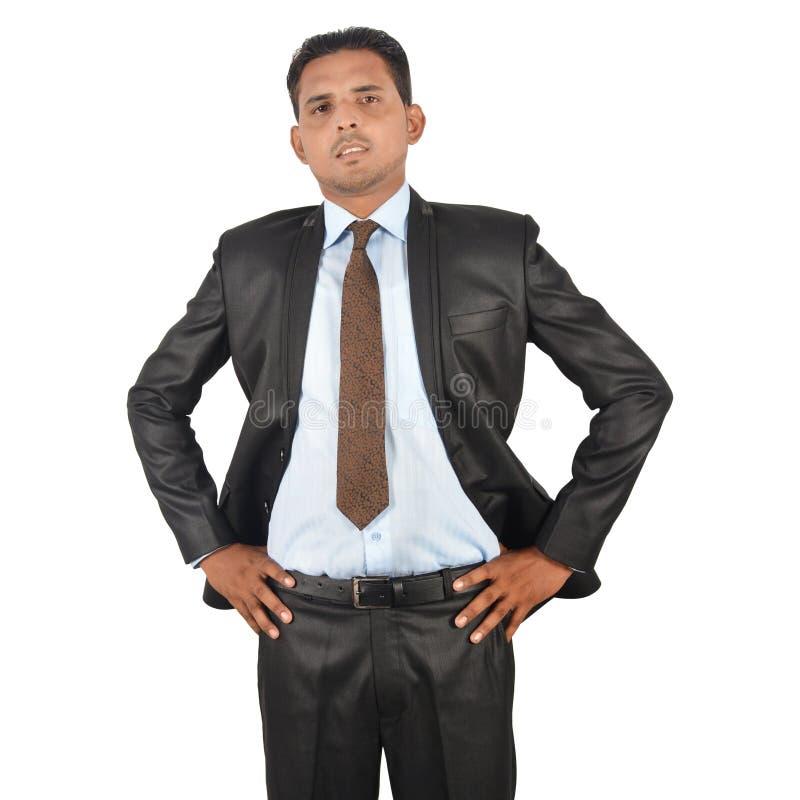 Retrato de um homem de negócios irritado na posição preta do terno fotografia de stock