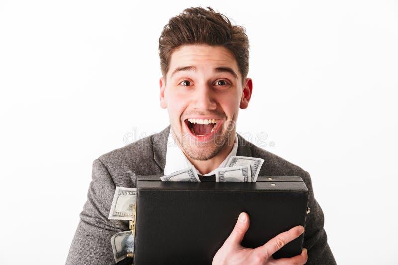 Retrato de um homem de negócios novo feliz que abraça a pasta fotografia de stock