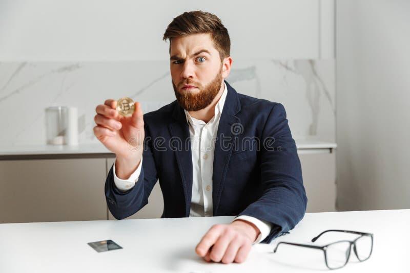 Retrato de um homem de negócios novo sério imagem de stock royalty free