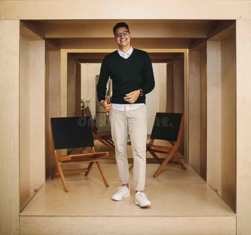 Retrato de um homem de negócios que está no escritório imagem de stock royalty free