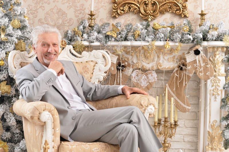 Retrato de um homem de negócios superior seguro que senta-se na cadeira foto de stock