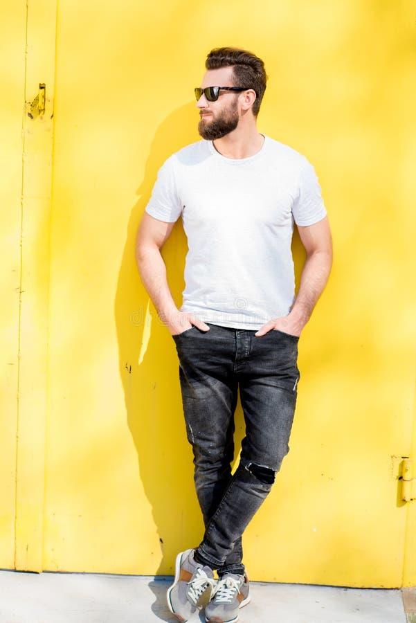Retrato de um homem no fundo amarelo fotografia de stock royalty free
