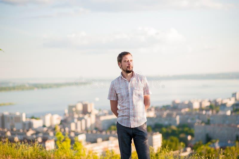 Retrato de um homem no fundo de Saratov, Rússia, vista das casas, o Rio Volga, a ponte a Engels A paisagem o imagem de stock