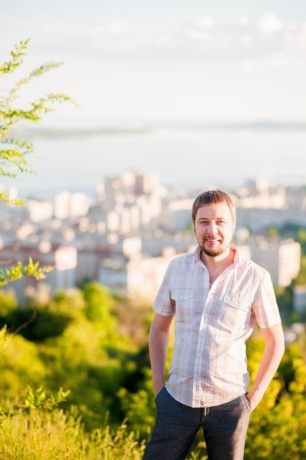 Retrato de um homem no fundo de Saratov, Rússia, vista das casas, o Rio Volga, a ponte a Engels A paisagem o fotografia de stock royalty free