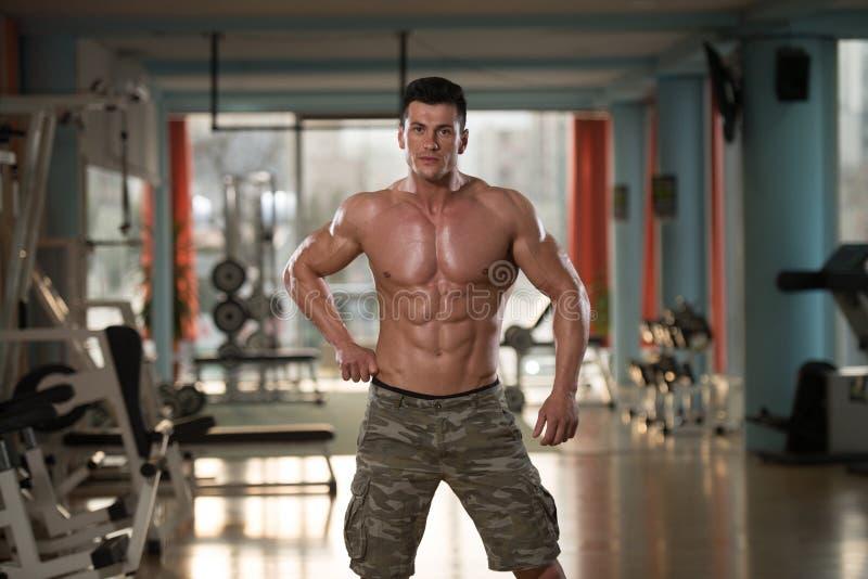 Retrato de um homem no Gym moderno foto de stock royalty free