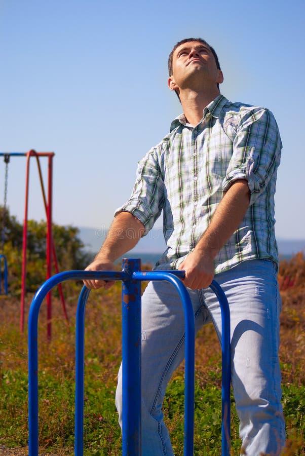 Retrato de um homem no merry-go-round fotos de stock royalty free