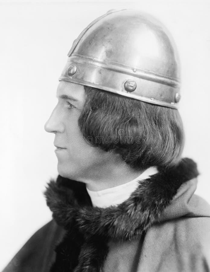 Retrato de um homem no traje e de um capacete que olha afastado (todas as pessoas descritas não são umas vivas mais longo e nenhu foto de stock