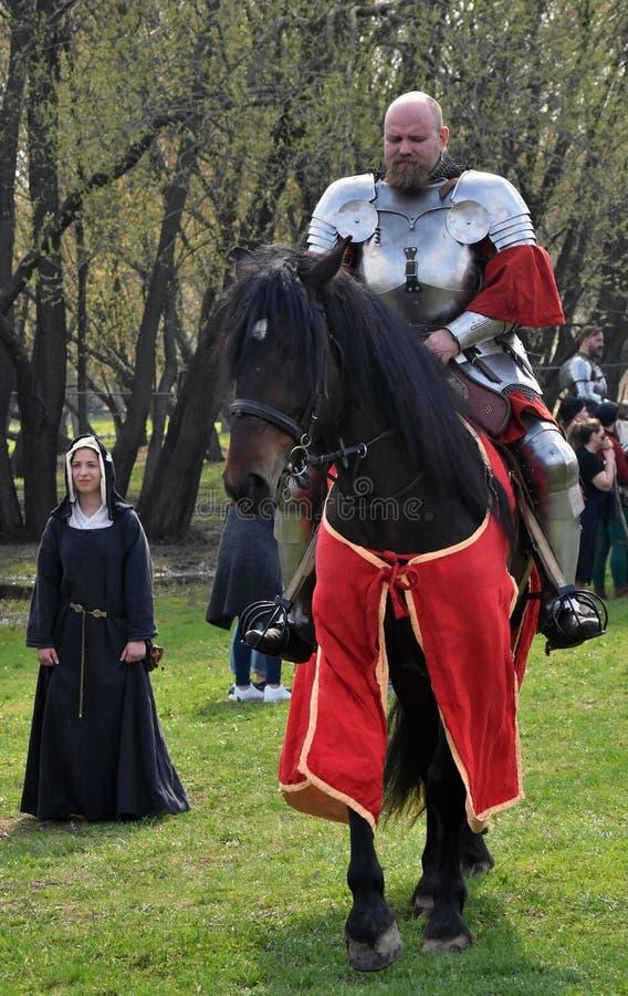Retrato de um homem no traje histórico, monta um cavalo preto imagem de stock
