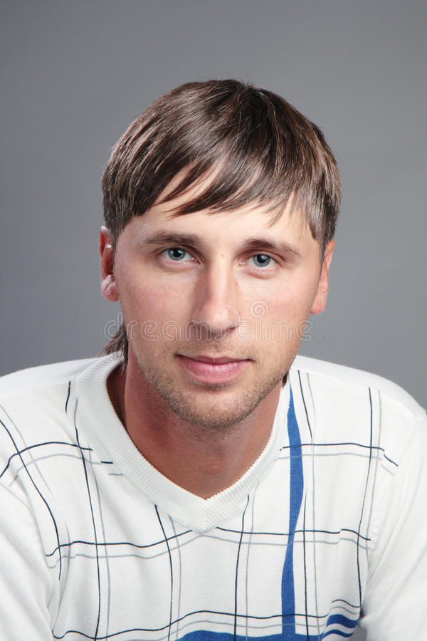 Retrato de um homem novo. imagens de stock