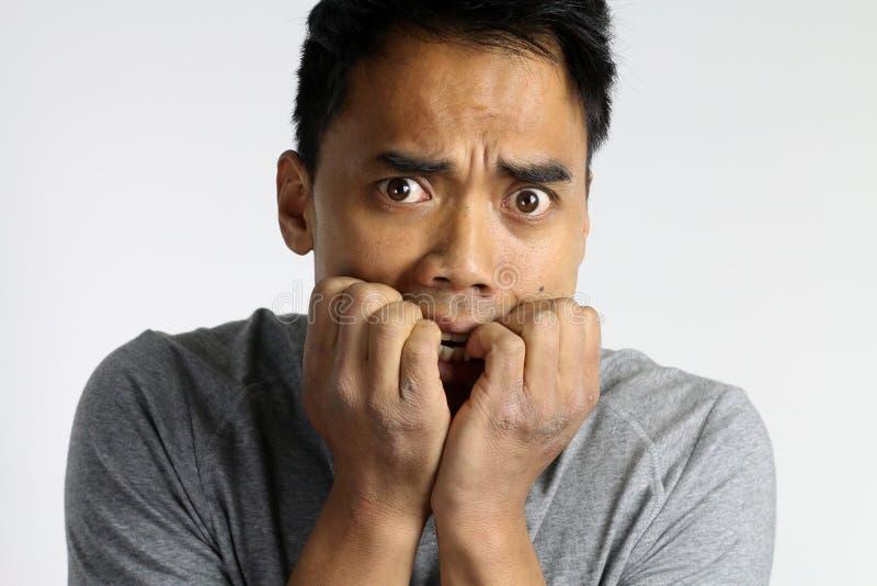 Retrato de um homem novo assustado fotos de stock royalty free