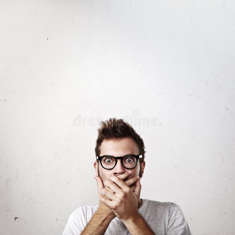 Retrato de um homem novo chocado foto de stock