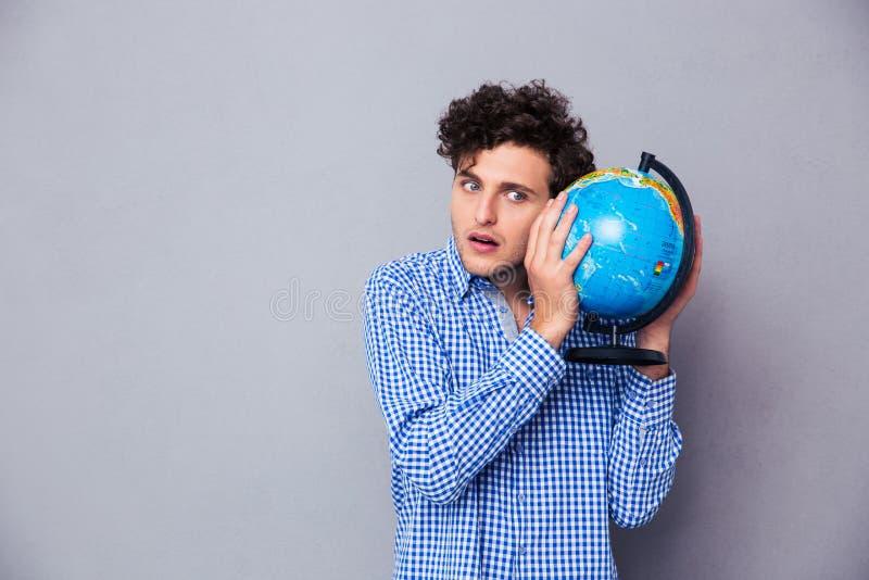 Retrato de um homem novo com globo imagens de stock royalty free