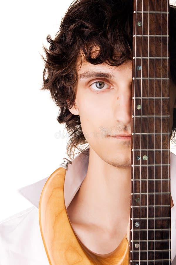 Retrato de um homem novo com guitarra elétrica foto de stock royalty free