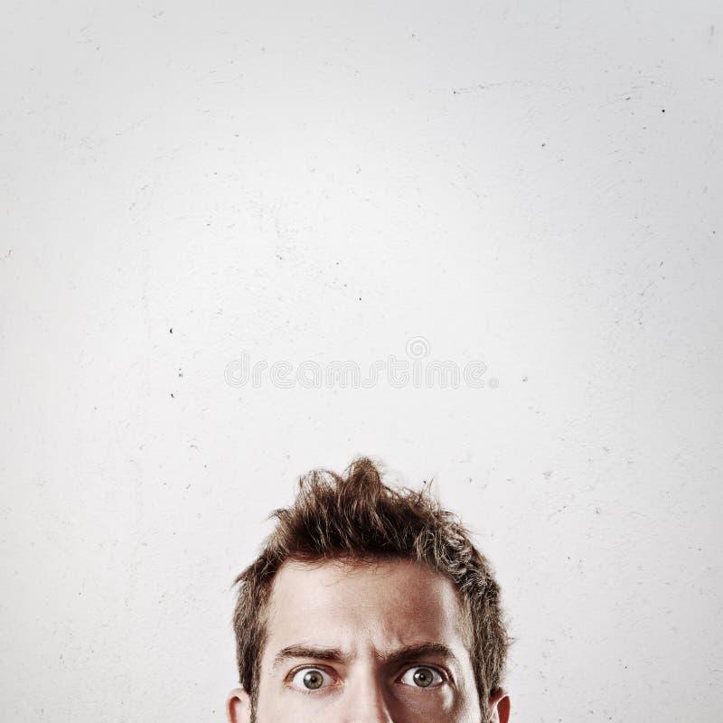 Retrato de um homem novo com os olhos abertos foto de stock