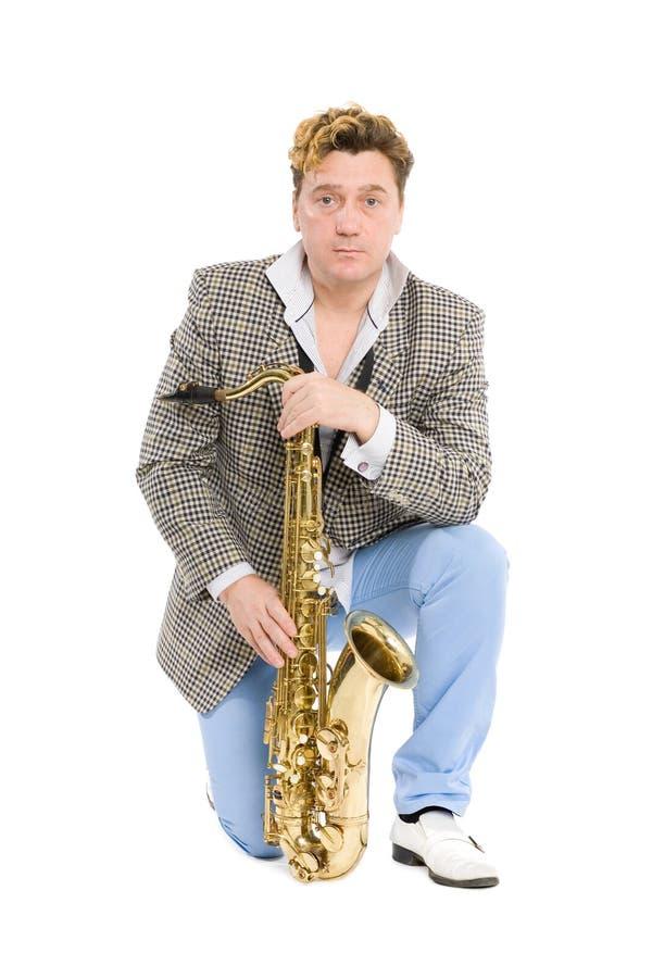 Retrato de um homem novo com um saxofone fotos de stock royalty free