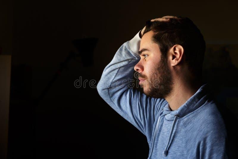 Retrato de um homem novo com uma barba no perfil fotografia de stock royalty free